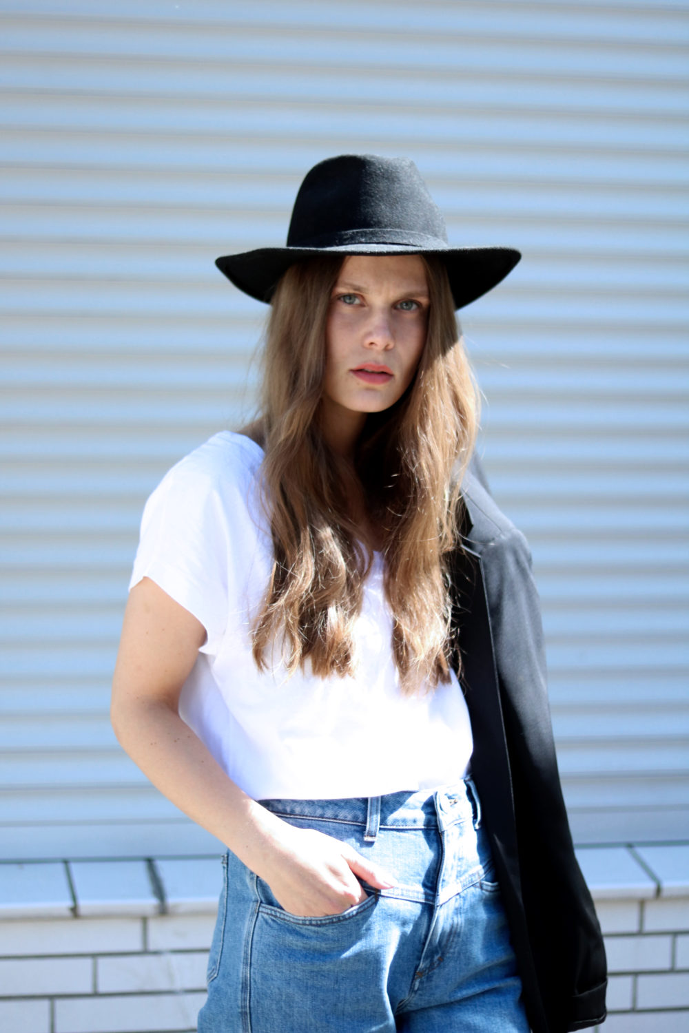 MEY_MARIDALOR_THE_WHITE_SHIRT_HALF_BODY_PORTRAIT_DENIM_HAT