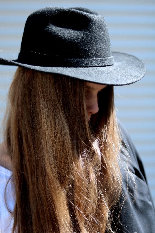 MEY_MARIDALOR_THE_WHITE_SHIRT_DETAIL_HAIR